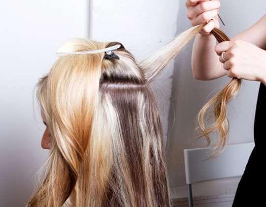 2-540x421 2- Separe a região de cima do cabelo e comece a dar textura na parte de trás [fica mais fácil de dar volume no topo da cabeça!]. Para desfiar, puxe uma mecha e comece a pentear o cabelo ao contrário, fazendo com que ele fique arrepiadinho. Pare perto da raiz e tome cuidado para não criar muito nós. Faça isso até a parte da frente, e vá borrifando spray para que fixe.