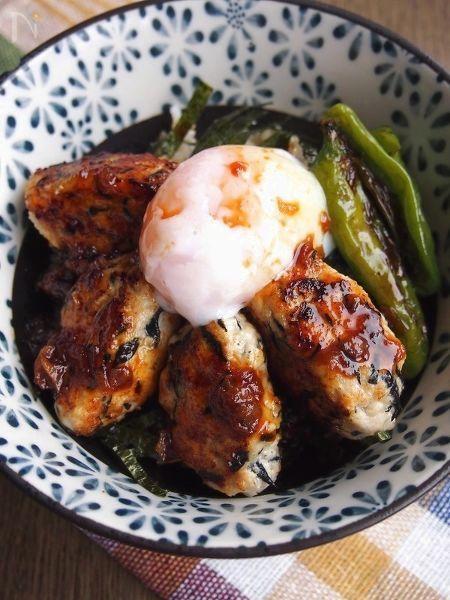 つくねにお豆腐を入れヘルシーに、  照り焼きには梅を入れて酸味のアクセントと疲労回復の効果を期待!    いつものレシピを少しだけ材料や調味料を変えるだけ!父の日のお父さんいたわり丼です!