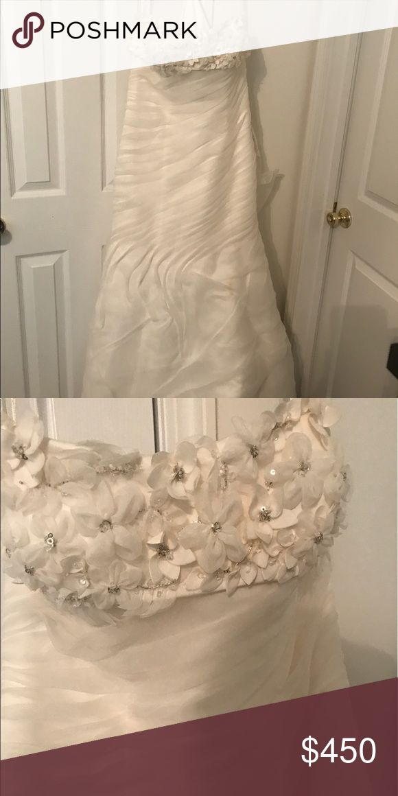 David's Bridal Galina Signature Wedding Gown Beautiful, off white, sweetheart neckline, fit and flare bodice with a beautiful train. Gorgeous for any bride and will compliment all complexions! David's Bridal Dresses Wedding