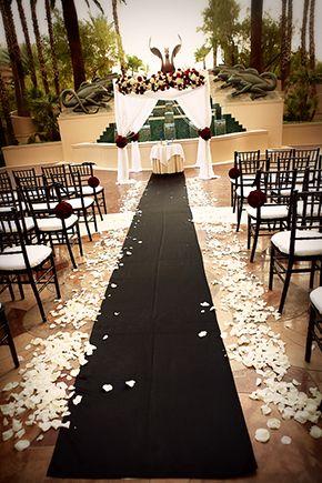 Décoration mariage blanche, noire et rouge #tapis #wedding