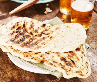 Istället för att grilla pinnbröd! Här är en god variant med olivolja, jäst och flingsalt att grädda på grillen. I platta kakor med naggad yta, perfekta till wraps, fajitas, burritos eller att linda grillkorv i.