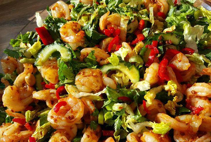 Deze Aziatische garnalensalade kun je eten als maaltijdsalade, maar ook als bijgerecht bij het avondeten. Ik hou echt van Aziatische salades. Waarom? Omdat je smaakzintuigen ongelooflijk geprikkeld worden doo