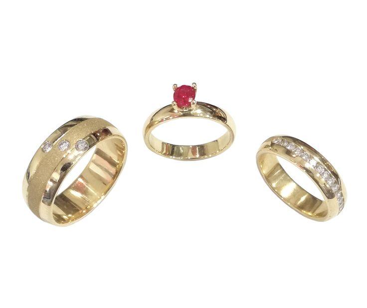 Argollas y pisa argolla en oro amarillo de 18K. con circones/diamantes. Anillo con Rubí natural.