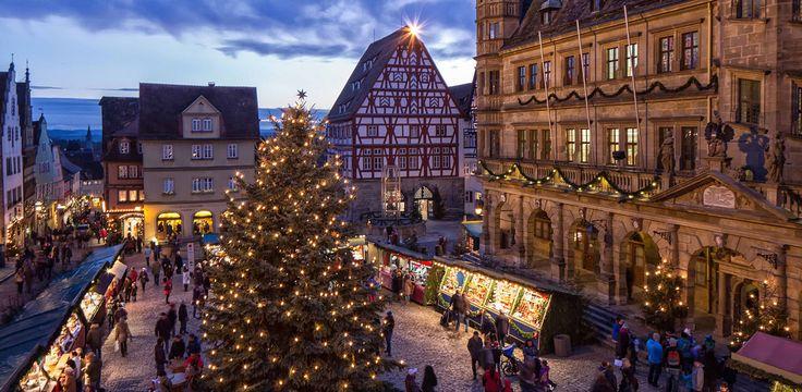 Rothenburg ob der Tauber egy igazi középkori város – vagy inkább olyan, mintha a középkorba csöppennénk. A legenda szerint 1631-ben a 30 éves háború idején egy Tilly nevű, katolikus tábornok foglalta el a várost, és porig akarta rombolni. Egy háromliteres serleget töltöttek meg tiszteletére borral.   #egész évben karácsony #középkor #Németország #Rothenburg #unesco világörökség