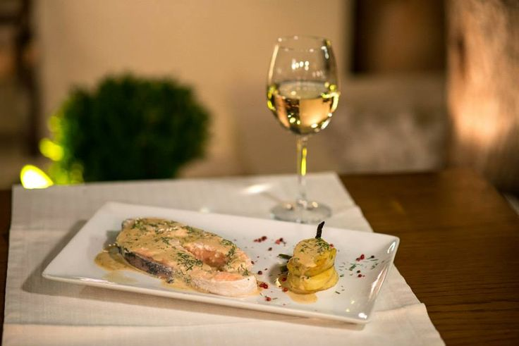 Salmons lowl-cooked in white wine 'moschato' sauce,accompanied byfenne-flavored potatoes!