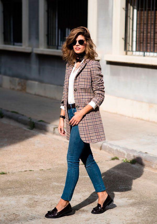 Blazer xadrez com jeans e mocassim.
