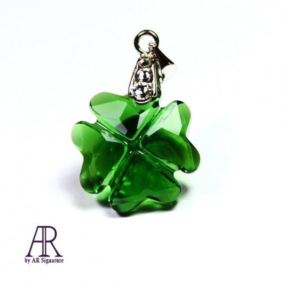 Petite Clover pendant from AR by AR Signature. Made with Dark Moss Green Swarovski Crystal.  Perhiasan pendant oleh ar by ar signature yang dibuat menggunakan Swarovski Crystal dengan warna Dark Moss Green