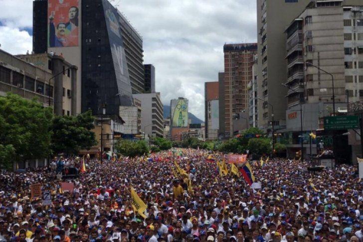 Más de un millón de opositores marcharon este jueves en Caracas para exigir un referendo revocatorio contra el presidente Nicolás Maduro, quien respondió con una multitudinaria concentración de sus seguidores, en la mayor pulseada que libran en las calles en los últimos dos años.</p>