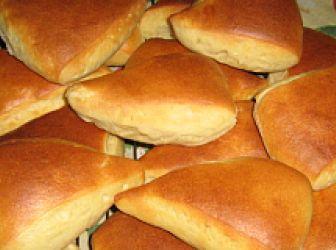Kukoricás-fokhagymás buci recept: Egy tökéletes szendvics alap. A kukoricaliszttől jó állagú, és szép színű lesz a tészta, és beltartalmi értéke is magas. A fokhagymától pompás illata lesz. Diétázóknak és tudatosan táplálkozóknak változatosságot nyújt. http://aprosef.hu/kukoricas-fokhagymas-buci