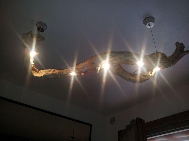 lampadario in legno, fatto con la radice di un albero