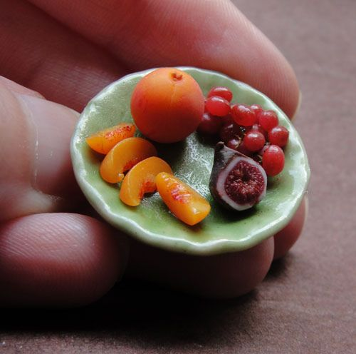 Plate of assorted fruits.  Sculptures gastronomiques miniatures by Kim Burke, as featured on http://www.laboiteverte.fr/sculptures-gastronomiques-miniatures/.