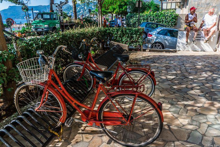 questa è la foto che preferisco della settimana al mare. Sono uscito di casa e ho notato subito quei due che parlavano sul muretto; poi mi sono accorto delle due biciclette rosse che avrebbero rappresentato un'ottima copertura...