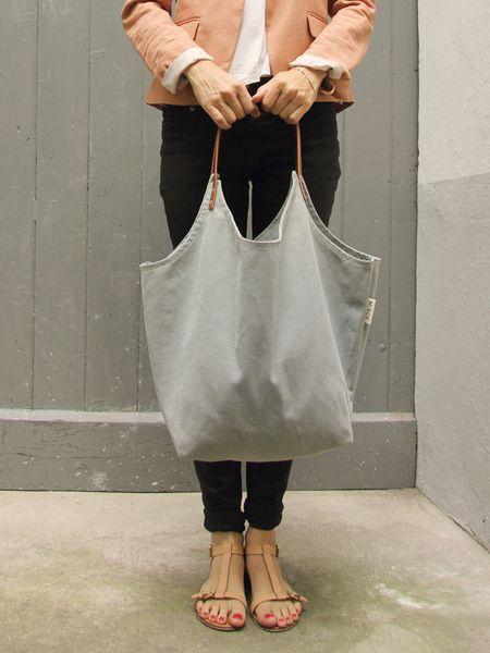 Die Tasche Marit ist aus 100% Canvas und zwei Trageriemen aus echtem Leder hergestellt. Der reine Baumwollstoff ist sehr robust und weist durch sei...