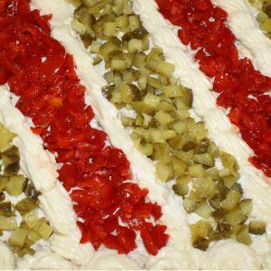 Reteta Salata boeuf. Ai pregatit Salata de boeuf? Inca nu, nu-i nimic, ti-am pregatit o reteta de salata boeuf. Ingrediente Salata boeuf: 4-5 cartofi fierti in coaja, 400 g carne vita, 4-5 morcovi intregi, un borcan de 800 g gogosari in otet, un borcan 800 g castraveti in otet  Maioneza: 2 galbenusuri fierte, un galbenus crud, o lingura cu mustar clasic, sare, piper, 3/4 litru de ulei, zeama de la jumatate de lamaie.