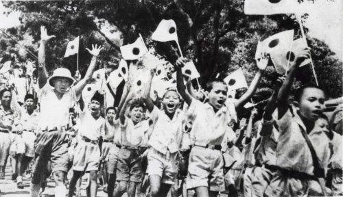 In WO 2 wordt Nederland verdreven in Indonesië door de Japanners. Mensen zijn blij dat nu de Japanners er zijn en niet meer de Nederlanders.