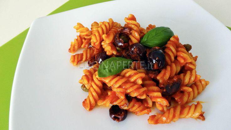 """I Fusilli alla Puttanesca sono un primo piatto tipico della cucina partenopea. Conosciuti a Napoli con il nome """"aulive e cchjapparielle"""" (olive e capperi)."""