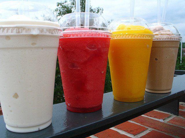 Smoothie é uma bebida cremosa, feita com frutas congeladas. Quando está calor, faço bastante. É tipo um milk shake – mas no lugar do sorvete, você usa leite vegetal/água/suco e as frutas congeladas – o que torna a bebida menos calórica e igualmente gostosa. Uma opção saudável e com inúmeras possibilidades de combinações. – SMOOTHIE...