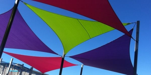 Voile d'ombrage triangulaire et rectangulaire pour aménager le jardin