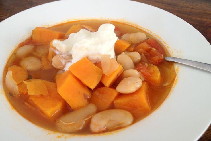 Sopa simples, deliciosa que enche qualquer um.A sopa de feijão a moda de Portimão é uma sopa simples de feijão manteiga, batatas e abóbora.