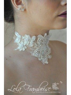 Un magnifique modèle en dentelle de Calais, totalement rebrodée main de perles. Collier mariage dentelle, Bridal lace necklace