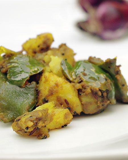 Bonjour et bienvenue dans mon blog cuisine, aujourd'hui nous allons préparer Aloo shimla mirch. Dans cette recette nous allons combiner pommes de terre et poivrons. Pour faire cette recette indienne, il faut : 200g de poivrons verts coupés en dés 150g...