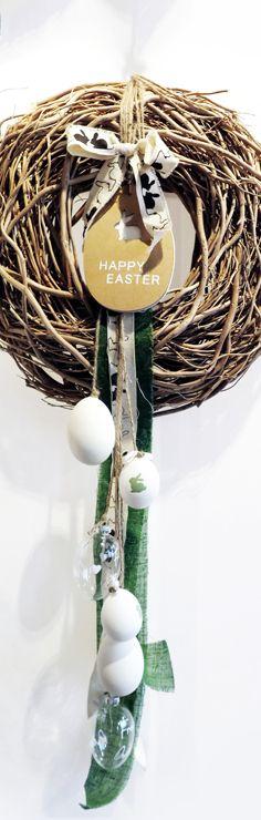 Der #Osterhase grüßt herzlich mit zarten Tönen, süßen Motiven und wunderschönen Glaseiern. Einfach Eier mit verschiedenen Bändern am #Holzkranz befestigen und fertig ist der #Dekogruß.