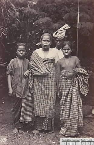 Tiga wanita dan seorang pria dari Makassar 1900 oleh ariel4ever, melalui Flickr