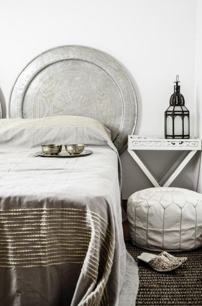 plateau marocain, chambre à coucher, plateau marocain tête de lit, pouf blanc