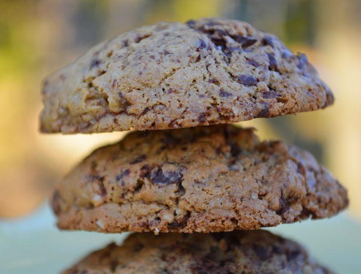 Gesztenyés csokis keksz -  Hozzávlók: 15 dkg gesztenyeliszt 3 dkg nyílgyökérpor 2 dkg tápióka keménytő 1 tk. szódabikarbóna 6 dkg erythritol 12 dkg puha kókuszolaj (nem olvasztott) 3 ek. kókuszkrém 1 tk. citromlé 2 tojás csipet só 1 vanília rúd magjai (opcionális) 8 dkg csoki reszelve vagy csoki chips
