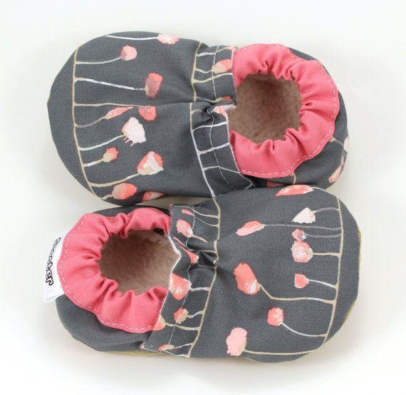 fleur gris chaussons bébé fille rose et gris par ScooterBooties
