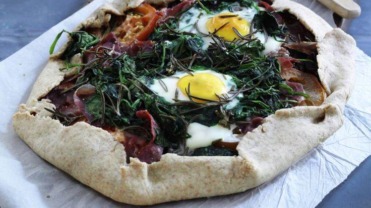 Morgenmadsgalette med æg, skinke og tomat er en lækker opskrift af Hjerteforeningen, se flere grøntsagsretter på mad.tv2.dk