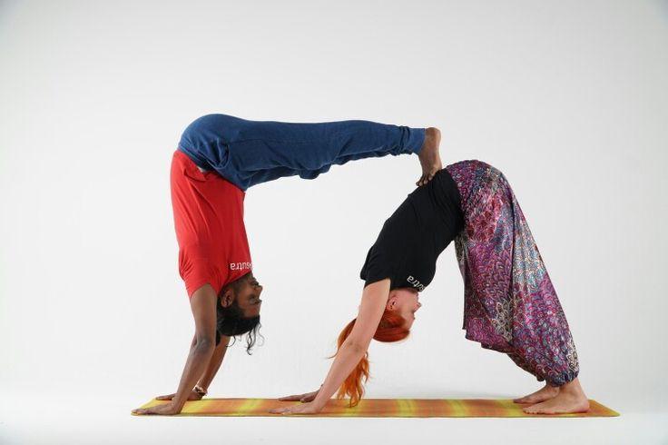 Парная йога не только для пар. В качестве партнера может быть друг, коллега. Есть только одно правило для начинающих – это схожий рост и вес. Со временем вы привыкните к практике парной йоги и уже ни рост, ни вес партнера не будет играть для вас никакого значения.