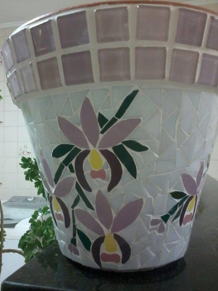 Vaso em cerâmica totalmente revestido em delicado mosaico de orquídeas, nas cores branco e lilás.