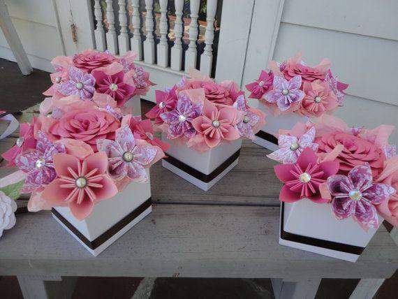 Centros de flores de papel origami - conjunto de 5 centros de mesa pequeños Kusudama rosa  Conjunto de centros de flores de papel 5. Hecho en sus colores.  Cada pieza central tiene 8 kusudama flores en sus colores con una coincidencia de color de rosa en el centro. Un grupo de coordinación de la cinta adorna el exterior. Mide aproximadamente 6 l x 6 w x 5 1/2 h flor punta a punta de flores.   Todas las fotos son de anteriores centros de mesa, su pieza central se hará fresco en sus colores.