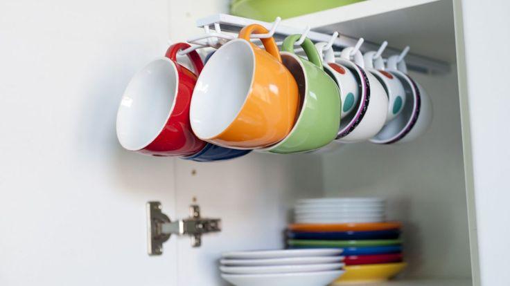 Cómo colocar un cuelga tazas en un armario