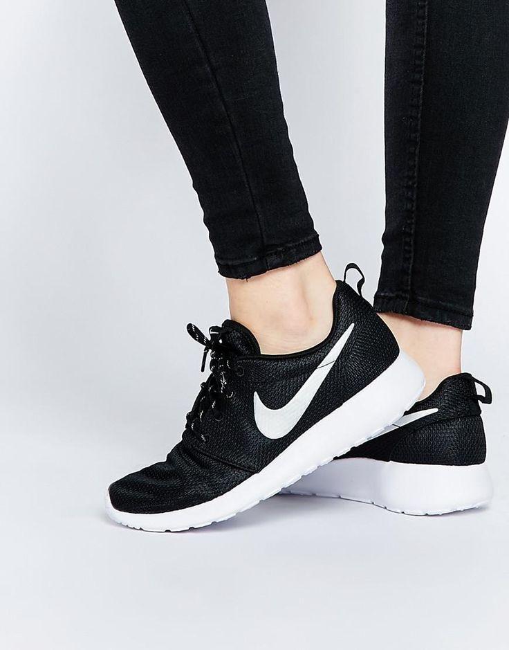 Nike | Zapatillas de deporte negras Roshe Run de Nike en ASOS