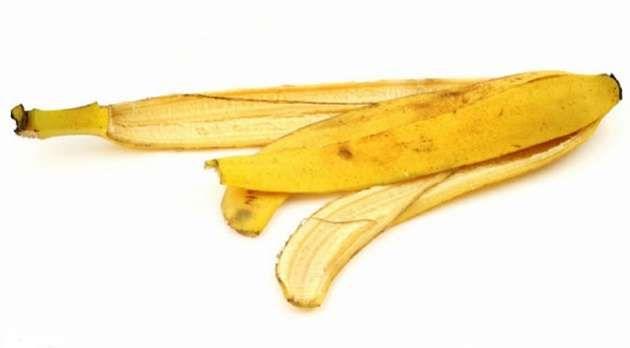 Lutein dalam kulit pisang berperan sebagai antioksidan yang menangkap radikal bebas penyebab katarak.   Selengkapnya : http://jitunews.com/read/5736/wow-kulit-pisang-ternyata-bisa-obati-katarak-lho #Jitunews