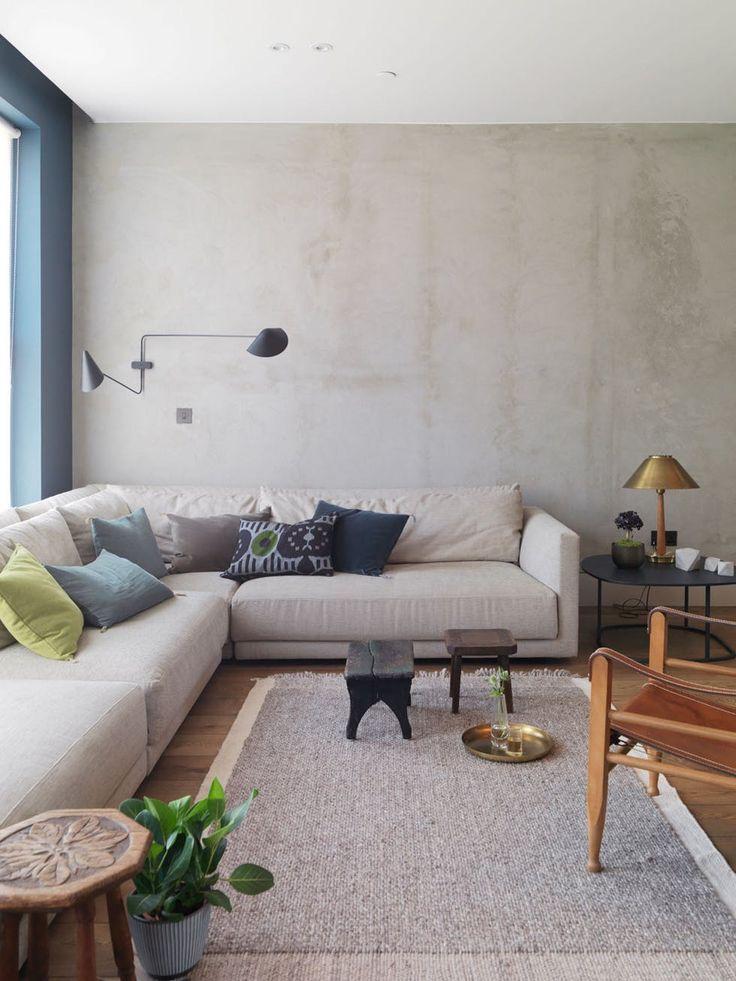 Jordfarger og betong i stua