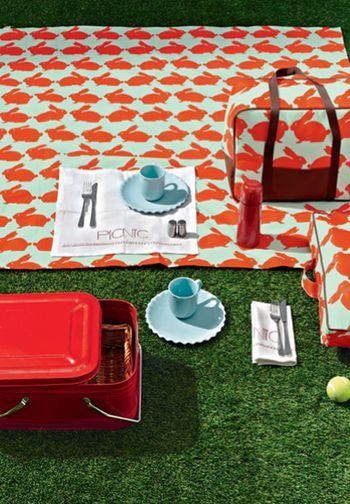 こちらウサギ柄のピクニックシートです。赤が印象的な華やかな色合いでピクニックが盛り上がりそうですね!