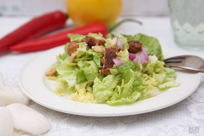 Niet voor de hand liggend, maar wel verrassend lekker, een frisse Chinese koolsalade met gemarineerde kip! Wil je deze salade zelf maken? Kijk op BonApetit!