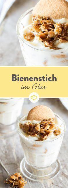 Was für Bienenstich im Glas spricht? Die Zeit, die Optik und die Kombination aus knusprigem Mandelkrokant, feiner Creme und luftigen Eierplätzchen.
