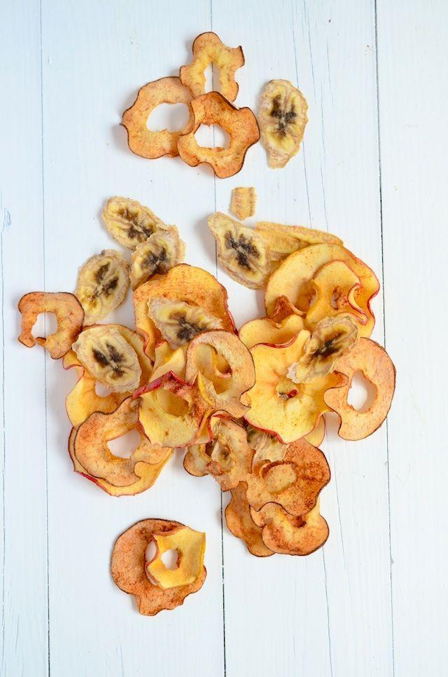 fruitchips :fijne schijfjes snijden met de mandoline en 90 minuten in de oven op 100° .. klaar!