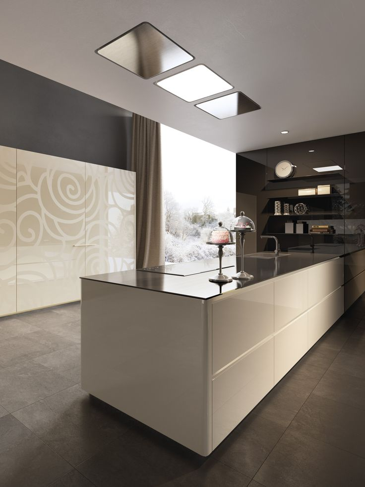 The wardrobe decoration plays with glossy and opaque to accentuate the shape of the cream-colored panel drawing.