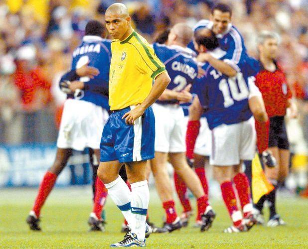 Copa de 1998 - Ronaldo lamenta resultado na final da Copa, enquanto jogadores da seleção francesa comemoram título mundial