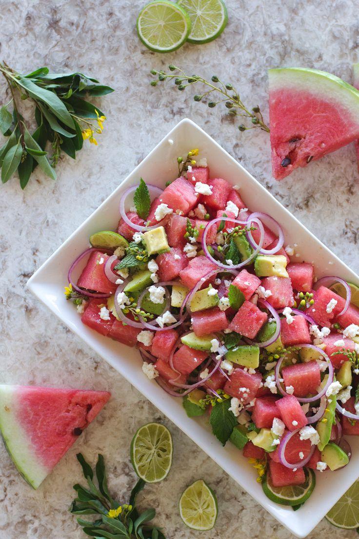 Wassermelonen-Avocado-Salat mit Minze, Feta und Limetten : Zutaten 4 Tassen Melone, in Würfeln 1 reife Avocado, die in kleine Scheiben oder Würfel geschnitten ist ½ rote Zwiebel, dünn aufgeschnitten ½ Tasse frische Minze, gehackt 2 Esslöffel gutes Olivenöl 1-Esslöffel-Limonensaft, frisch gedrückt 1 TL grobes Meerssalz ¼ Teelöffel schwarzer Pfeffer ½ Tassen Schafskäse, zerkrümelt 30 min mit Dressing im Kühli ziehen lassem, dann mit Schafskäse bekrümeln
