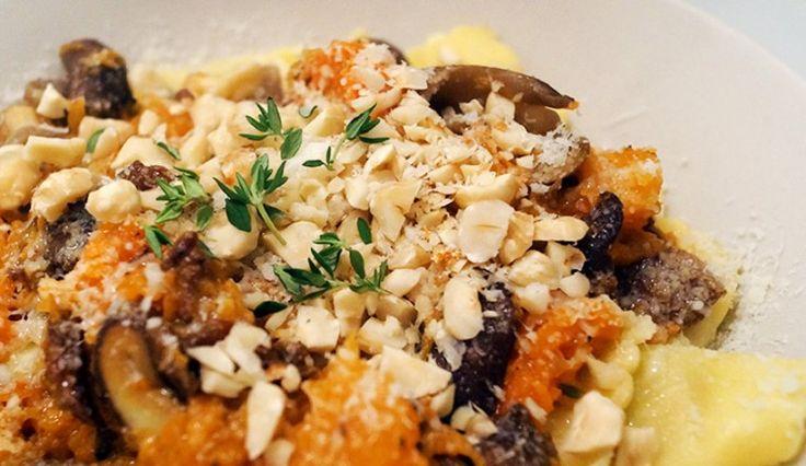 Ravioli met boter, pompoen, paddenstoelen, hazelnoot en parmezaanse kaas