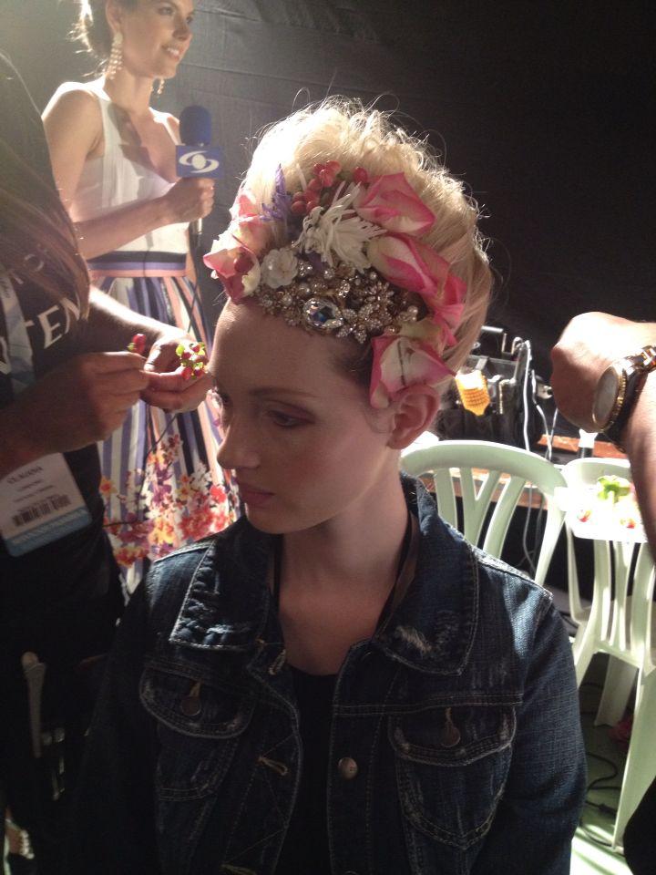 Peina ando la modelo Vanessa Sepulveda en Colombiamoda 2015 recogido de novia con flores y brillo