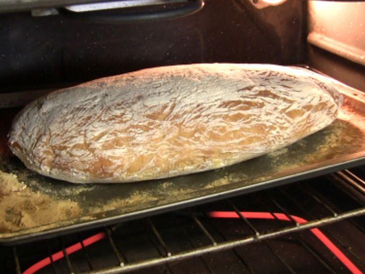 In molti mi chiedono come si fa a fare il pane con l'alveatura con le bolle grosse. Ecco la video ricetta per fare il pane ciabatta in casa con un'alveatura bellissima