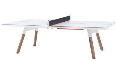 Tisch / L 220 cm - Tischtennisplatte und Esstisch, Weiß / Tischgestell holzfarben von RS BARCELONA finden Sie bei Made In Design, Ihrem Online Shop für Designermöbel, Leuchten und Dekoration.