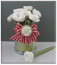 Canetas decoradas com flores de feltro.                                                                                                                                                      Mais